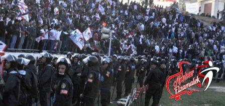 جماهير الإتحاد الغاضبة تلقي بالطوب والصواريخ في أرض الملعب