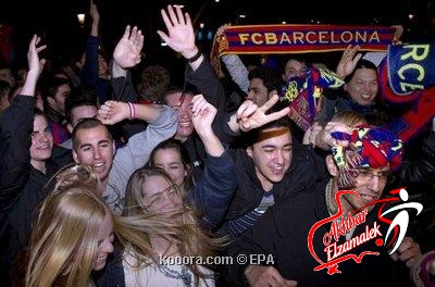 مشجعو برشلونة يرددون الأناشيد ويرفعون الأعلام في شوارع إسبانيا