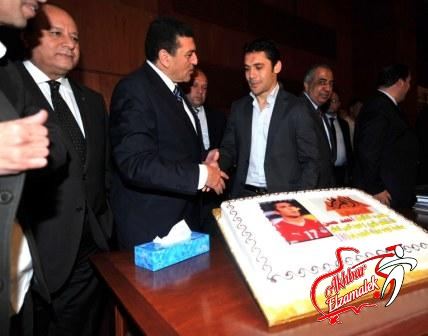 شاهد بالصور الحصرية .. تكريم الصقر بحصوله على لقب عميد لاعبي العالم