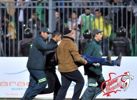 على طريقة مذبحة بورسعيد .. جماهير مولودية تقتحم الملعب وتعتدى على لاعبى اتحاد العاصمة