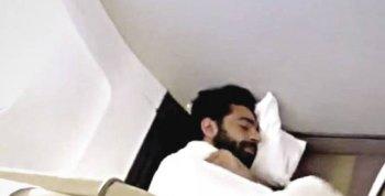 شاهد | صلاح نائم على أرض طائرة ليفربول