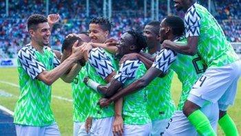 فوضى في معسكر نيجيريا .. «خناقة» بين اللاعبين والمدرب