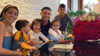 """بالصور ..رونالدو يقلب الفيس بوك وانستجرام بصور مع عائلته في """" البانيو """""""