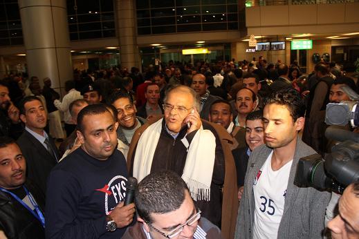 محدث بالصور الحصرية .. وصول ممدوح عباس إلى مطار القاهرة عائداً من لندن