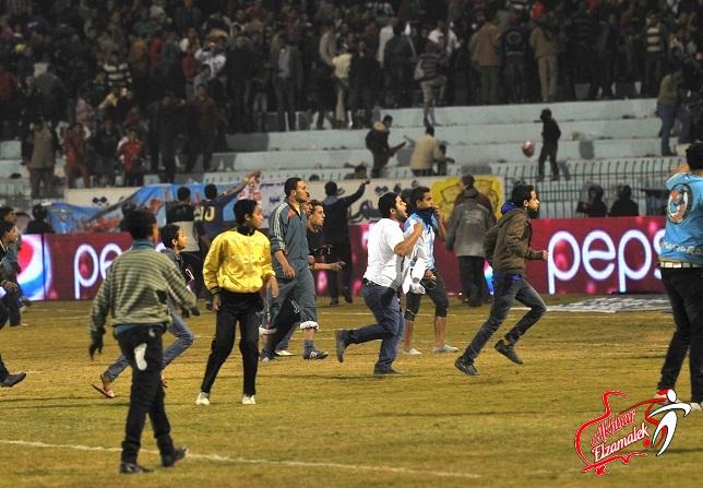 محدث بالفيديو والصور : جماهير المحلة تقتحم ملعب فريقها والحكم يلغي مباراة الأهلى