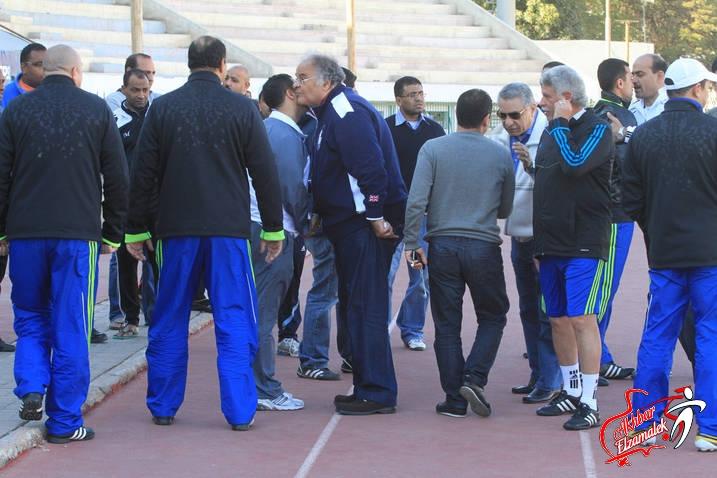 شاهد بالصور .. كواليس زيارة مجلس إدارة الزمالك للاعبين قبل مران اليوم