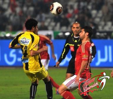 فيديو .. التحكيم الأحمر يواصل فضائحه : عبدالعزيز يمنح الأهلي 3 نقاط غالية أمام المقاولون