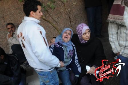 شاهد بالصور .. أسر ضحايا أحداث بورسعيد تستقبل جثث أبنائهم بالبكاء أمام المشرحة