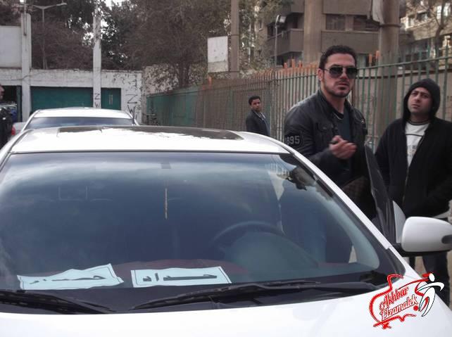 شاهد بالصور الحصرية .. سيارة عمرو زكى تعلن الحداد على شهداء الاهلى