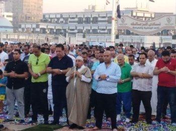 بالصور ..اعضاء الزمالك يؤدون صلاة العيد فى شارع الملك فاروق