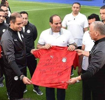 بالصور  السيسي يزور منتخب مصر فى الفجر فماذا قال للاعبين