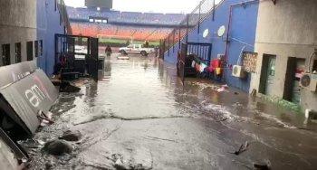 بالصور ...السيول تغرق ستاد القاهرة وتأخر وصول حافلتى الزمالك والأهلي