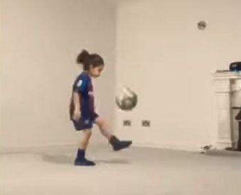 طفل يذهل الجميع بقدرات تنطيط الكرة 3 آلاف مرة